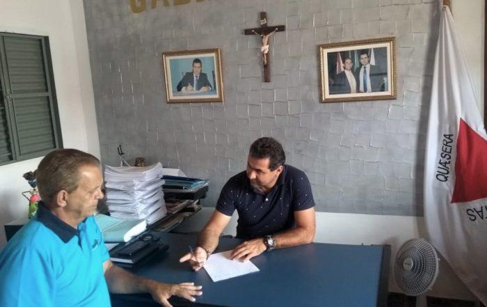 foto do prefeito Ricardo José Rocha da cidade de Felício dos Santos conversando como representante da Legaliza Brasil em seu gabinete